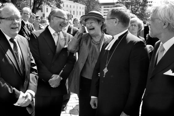 Tasavallan presidentti Tarja Halonen arkkipiispa Jukka Paarman seurassa Turun tuomiokirkon edustalla.