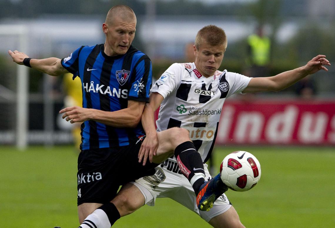 20110822 FC INTER-TPS: Kuvassa FC Inter no 24 Joni Kauko sekä TPS no 10 Petteri Paananen. Veikkausliigan paikallisottelu FC Inter vs TPS. Urheilu. Turku. KUVA: RONI LEHTI.