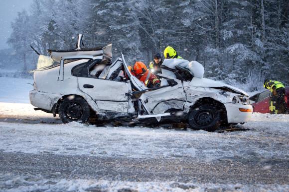 20120119 LIIKENNEONNETTOMUUS: Kahden henkilöauton vakava nokkakolari tiellä 110 Paimiossa. Osallisena yhteensä kolme henkilöä. Uutiset. Paimio. KUVA: RONI LEHTI.